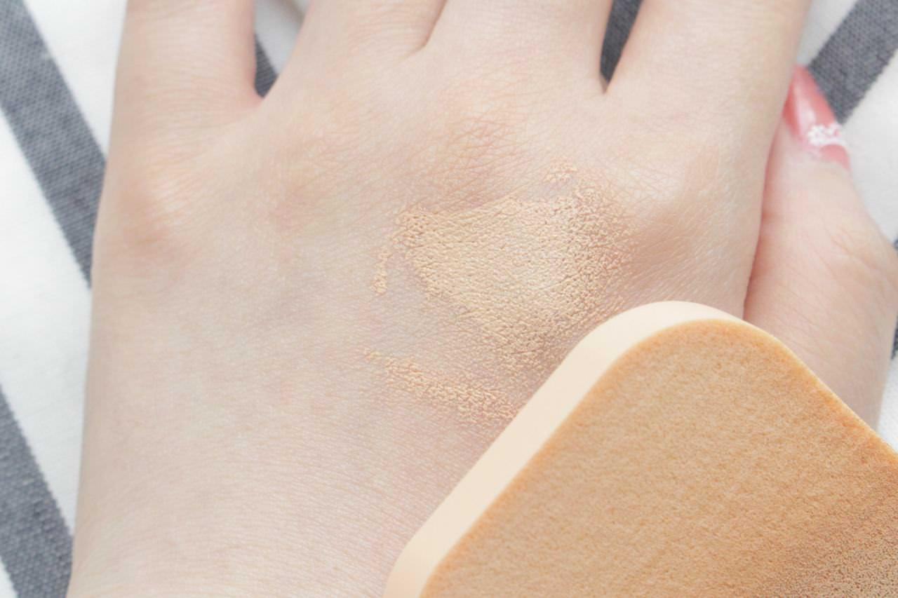 エスプリークの「ひんやりタッチ BBスプレー UV 50 K」を塗った手