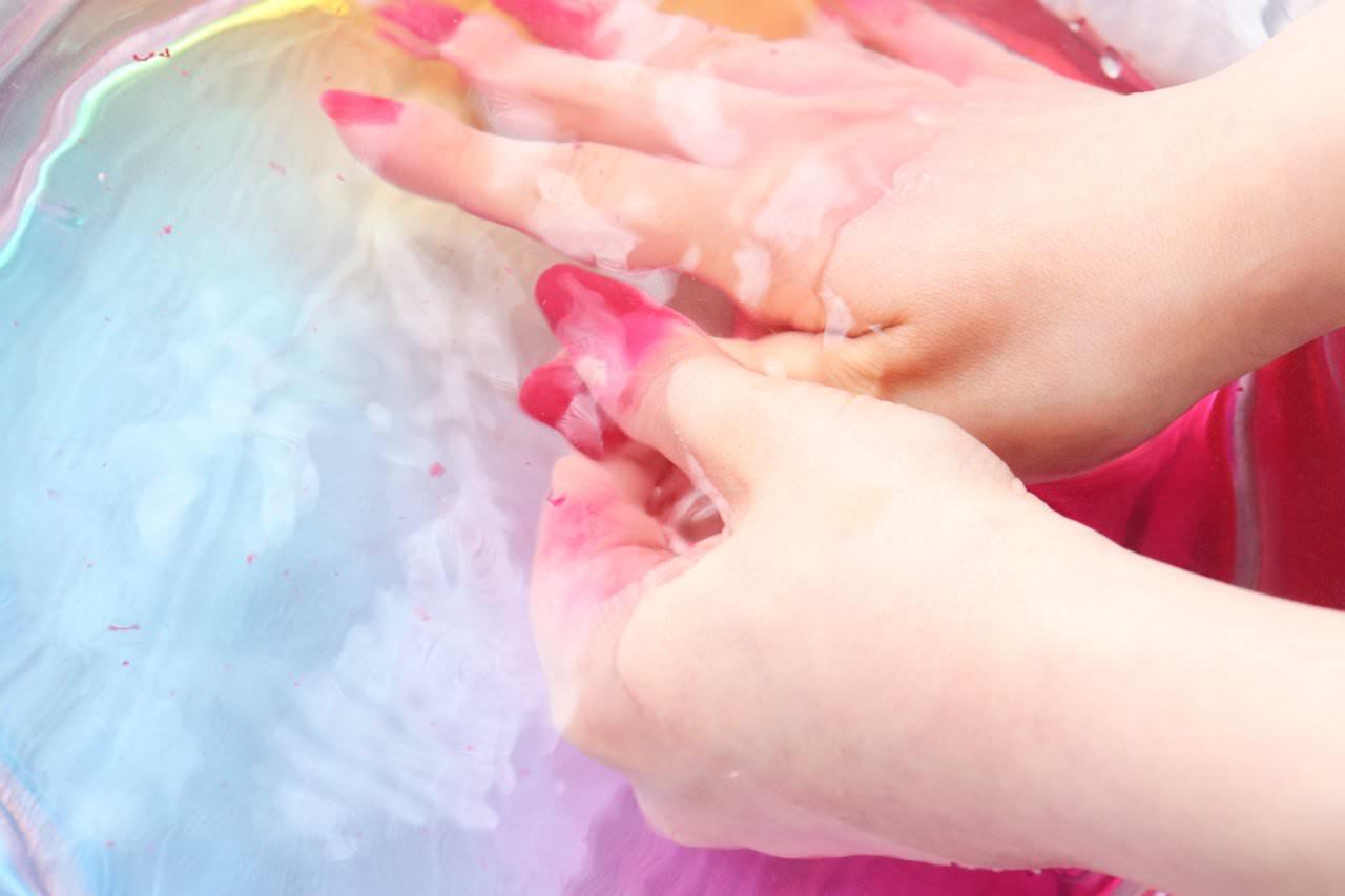 スプレーネイル「ネイルモア エアーマニキュア」を洗い流す手